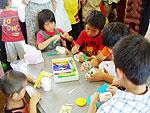 子どもたちが紙コップでおもちゃを作っている写真
